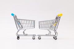 两在白色书桌上的购物的台车 免版税库存图片
