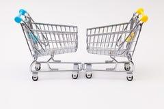 两在白色书桌上的购物的台车 免版税库存照片