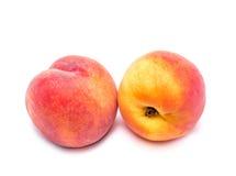 两在白色背景的明亮的水多的桃子 免版税库存照片