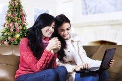 两在网上购物的朋友 免版税库存照片