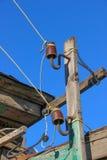 两在老木一条手工制造电线的板条古板的过时陶瓷绝缘体登上了 免版税库存图片