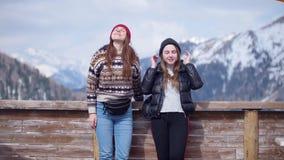 两在背景的年轻女人旅游身分山和谈话 影视素材