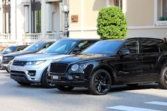 两在蒙地卡罗赌博娱乐场前面停放的豪华SUVs在莫娜 库存照片