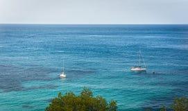 两在蓝色地中海水的帆船在伊维萨岛海岛 免版税库存图片