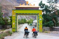两在西藏门附近的骑自行车者在喜马拉雅山 免版税库存照片
