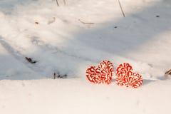 两在雪的红色结冰的心脏 免版税库存图片