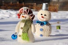 两在雪的滑稽的雪人 免版税图库摄影