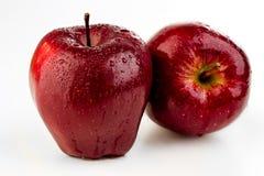 两在水下落的水多的成熟红色苹果 库存图片