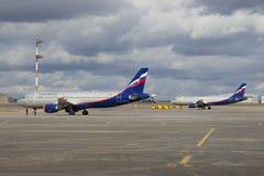 两在离开前的空中客车A320苏航 谢列梅 免版税库存照片