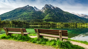 两在Hintersee湖的长木凳在阿尔卑斯,欧洲 免版税库存照片