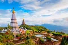 两在Inthanon山,清迈,泰国上面的塔风景  免版税库存照片