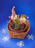 两地精和一个篮子与snowdrops 大量生产 图库摄影