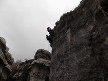 两坐式下降法在峭壁的上面的登山人在黎巴嫩 免版税库存照片