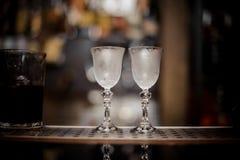 两块典雅的冷却的玻璃在酒吧柜台安排了 库存照片