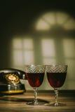 两块古色古香的玻璃充满深紫红色 免版税图库摄影