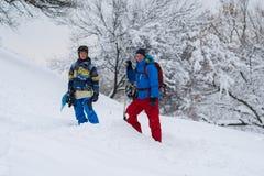两块愉快的挡雪板在森林里站立 图库摄影