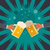 两块手叮当声玻璃用啤酒 免版税库存照片