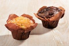 两块新近地被烘烤的松饼或杯形蛋糕 库存图片