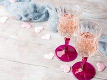 两块桃红色香槟玻璃为浪漫日期 免版税库存照片