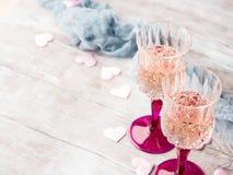 两块桃红色香槟玻璃为浪漫日期 免版税图库摄影