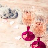 两块桃红色香槟玻璃浪漫日期定了调子卡片 免版税库存照片