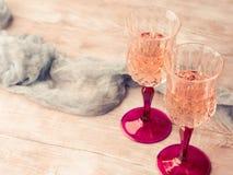 两块桃红色香槟玻璃浪漫日期定了调子卡片 库存图片