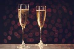 两块欢乐香槟玻璃 免版税库存照片
