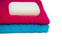 两块毛巾和肥皂 库存照片