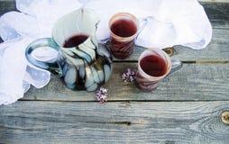 两块玻璃和一个水罐在木桌背景的汁液  免版税库存图片