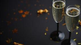 两块玻璃有很多与金黄装饰的闪耀的香槟酒 股票视频