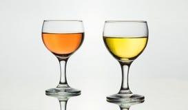 两块玻璃有很多法国葡萄酒 免版税库存照片
