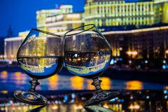 两块玻璃有液体夜城市背景 免版税库存照片