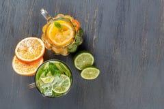两块玻璃玻璃用从石灰和柠檬的自创柠檬水 库存图片