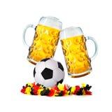 两块玻璃用啤酒和与德国花链子的足球 免版税图库摄影