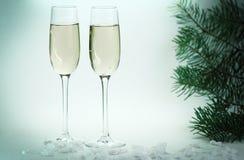 两块玻璃用在圣诞节背景的香槟 免版税图库摄影