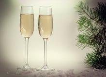 两块玻璃用在圣诞节背景的香槟 免版税库存图片