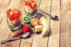 两块玻璃用在木桌上的水果沙拉 免版税库存照片