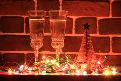 两块玻璃用在砖墙附近的香槟 免版税库存图片