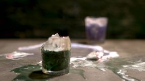 两块玻璃用多彩多姿的酒精饮料在桌和断裂上碰撞入片段 慢的行动 影视素材