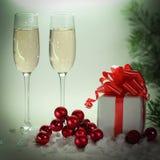 两块玻璃用香槟和箱子有礼物的在圣诞节 库存图片