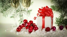 两块玻璃用香槟和箱子有礼物的在圣诞节b 免版税库存照片