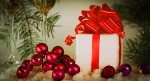 两块玻璃用香槟和箱子有礼物的在圣诞节b 图库摄影
