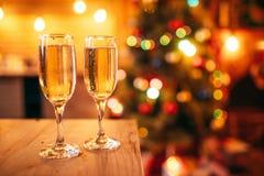 两块玻璃用香槟,圣诞节装饰 免版税库存图片