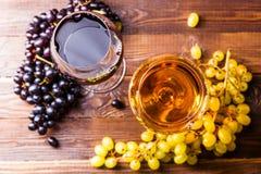 两块玻璃的图象用汁液,葡萄,在木桌上, 免版税库存照片