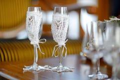 两块空的婚礼香槟玻璃 库存图片