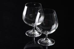 两块空的科涅克白兰地玻璃 免版税库存图片