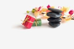 两块肥皂、平的石头和兰花在白色背景分支 免版税库存图片