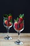 两块藤玻璃用与绿色叶子的新鲜的草莓 免版税图库摄影