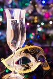 两块香槟玻璃和面具 库存图片