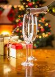 两块香槟玻璃特写镜头在圣诞节餐桌上的 免版税库存照片